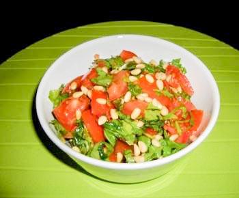 Летний салат с орешками