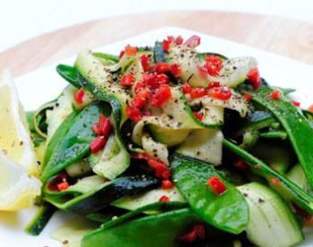 Салат с цуккини и зеленым горошком